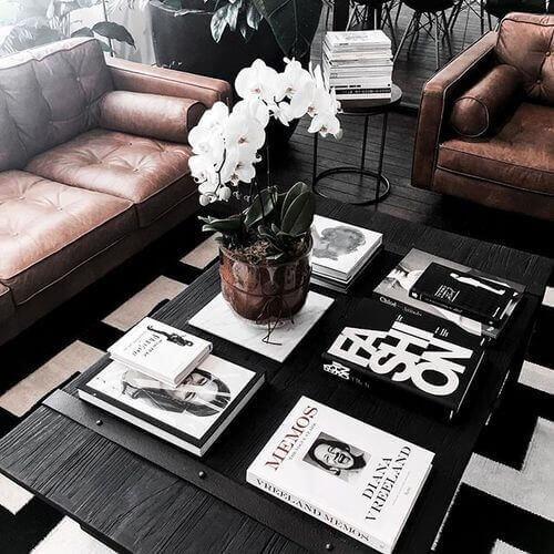 Indretning med bøger på sofabordet