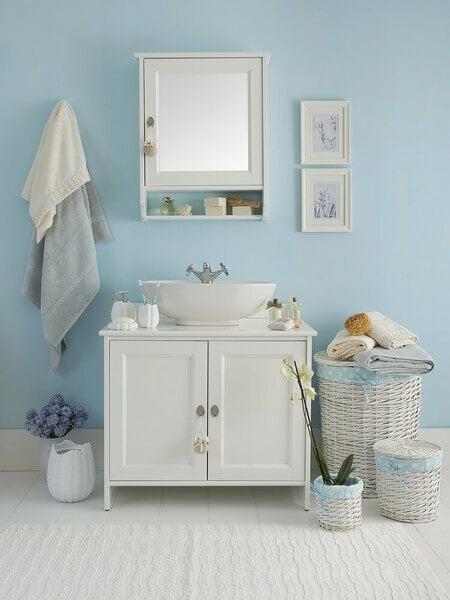 Blåt badeværelse med kunst på væggen