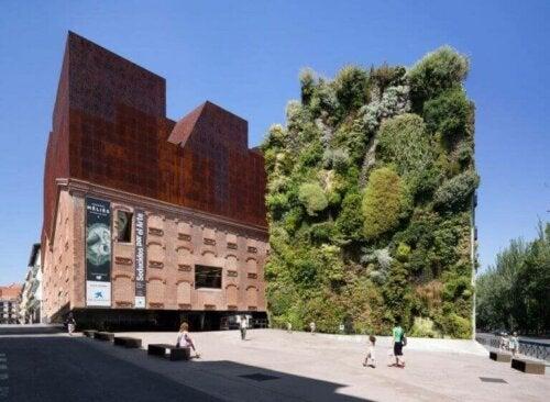 et eksempel på en af de mange smukke bygninger i Madrid er Caixaforum