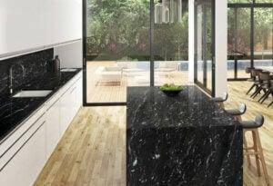 sort granit med lyst træ