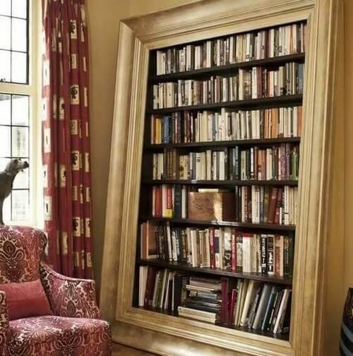 Bøger indrammet ved hjælp af spejlramme