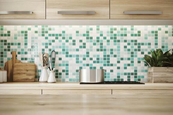 Mosaikvæg i køkken.