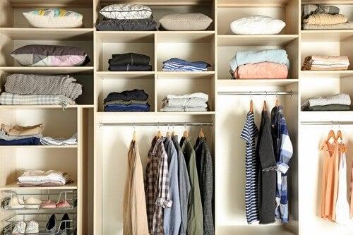 Et organiseret klædeskab med mange rum