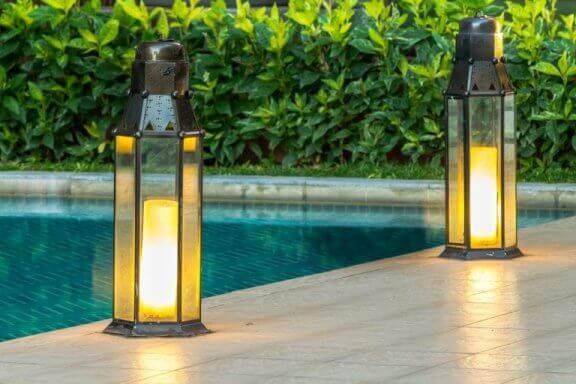 lanterner ved poolkant