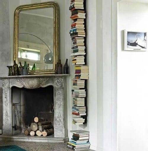 Bøger placeret lodret op ad væggen