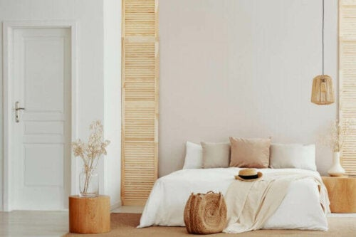 flot soveværelse i neutrale farver med træmøbler