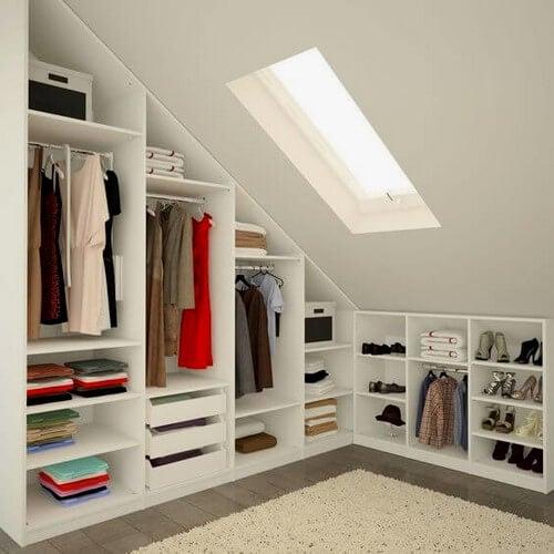 Organiseret tøjskab inddelt i kategorier