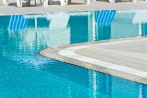 vander flyder ind over kanten i disse pools