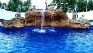 pool med et vandfald