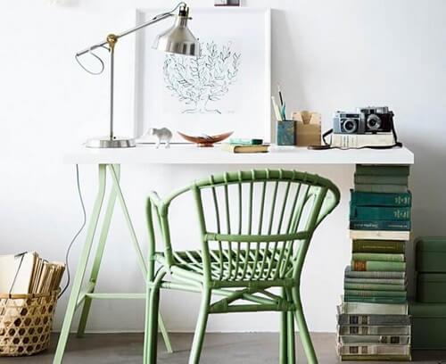 Skrivebord med bøger som bordben