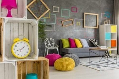 Stue med sofahynder i forskellige farver