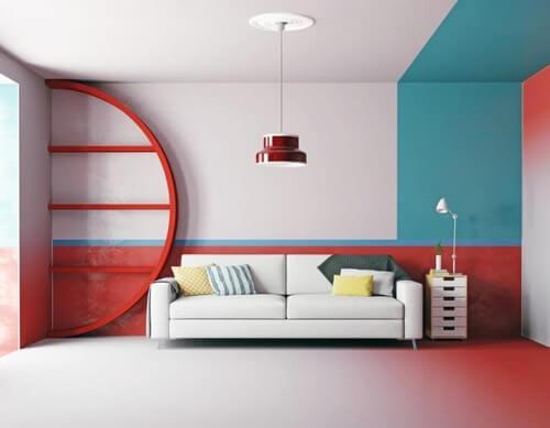 Stue med blå og røde farver