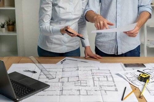 To personer planlægger det perfekte renoveringsprojekt
