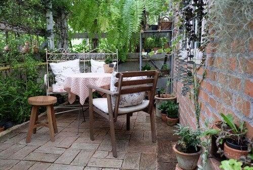 Lille og hyggelig terrasse med møbler