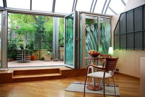 Glasvæg, der adskiller udendørs- og indendørsområde