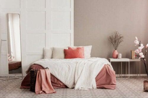 væggene kan også males for at matche resten af indretningen. her ses et flot soveværelse