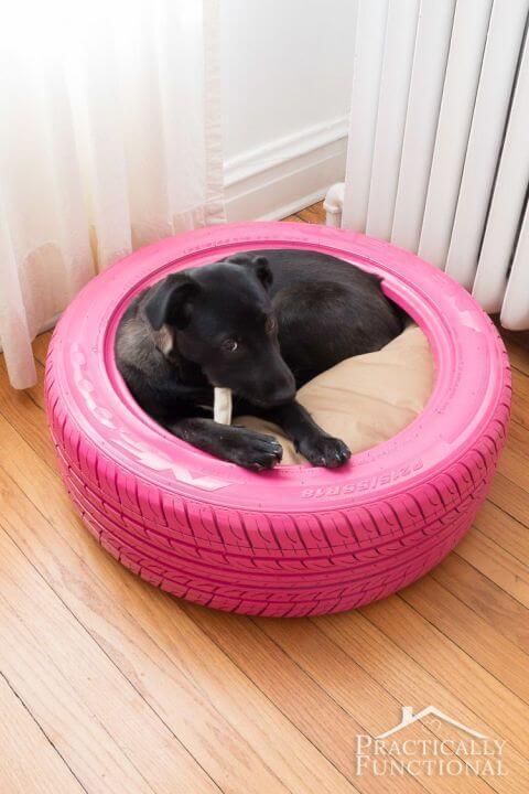 Et pink dæk som kæledyrsseng til en hvalp.