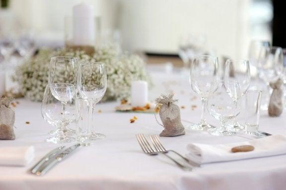 dekoration af spisebord til en formel middag