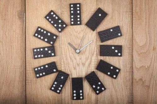 gamle spillebrikker kan bruges til at lave ure. her ses et ur af dominobrikker
