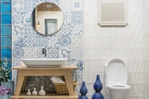 Blå og hvide badeværelsesfliser i middelhavsstil