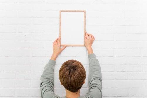 Sådan hænger du ting op uden at beskadige din væg