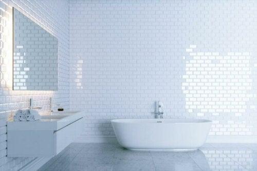 Små og hvide fliser på badeværelset