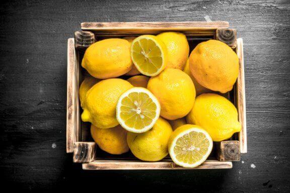 kasse med citroner