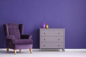Farven lilla brugt på væg og møbler