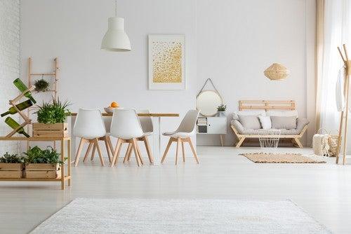 Åben stue og spisestue med minimalistisk indretning