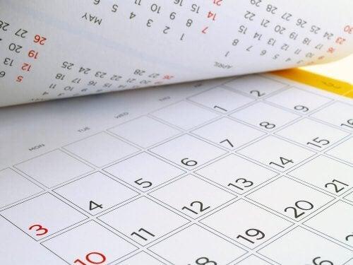Lav din egen personlige kalender ud af pap