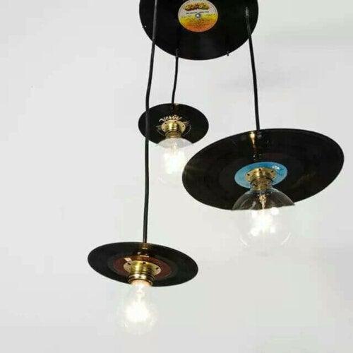 lamper der hænger i plader, er eksempel på møbler der kan indgå i en rockmusikstil