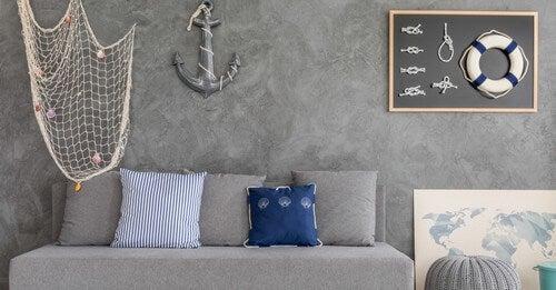 Stue med anker på væggen