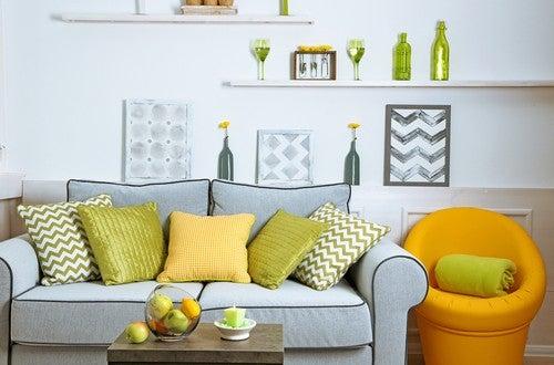 Stue med grønne og gule elementer