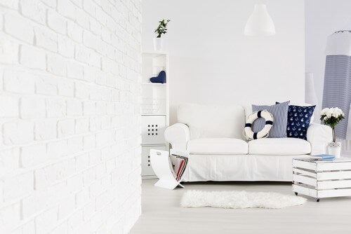 Stue med mange hvide detaljer