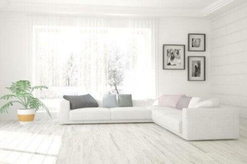 stue med hvid sofa