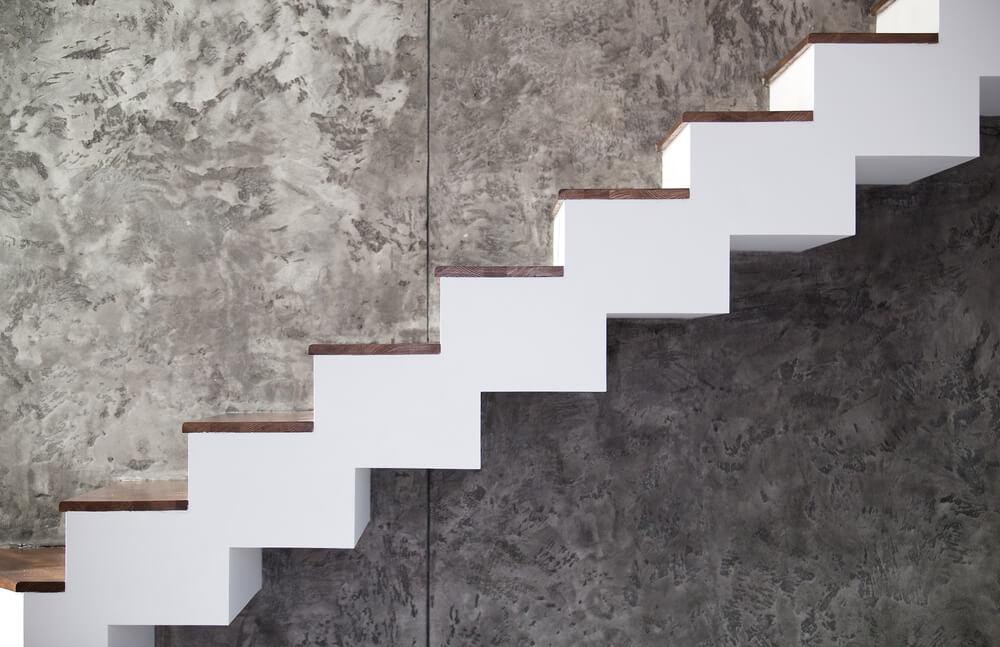 Svævende trapper kan være lavet af træ, glas, metal, beton eller næsten ethvert andet materiale.