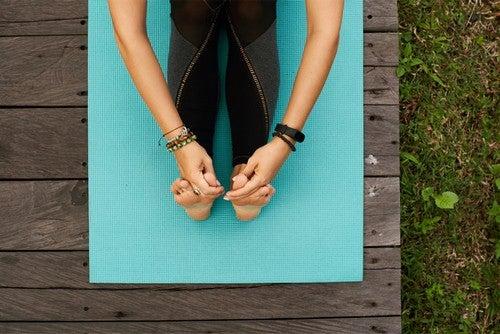 Kvinde strækker ud på sit eget yogaområde
