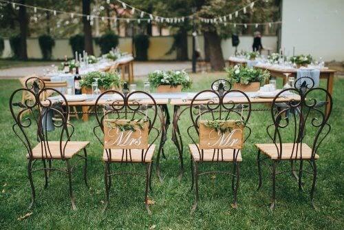 arrangering af borde og stole i have