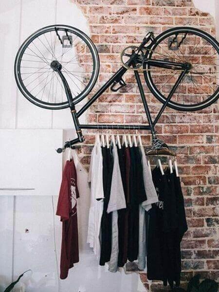 Brug dine gamle cykler som tøjstativer