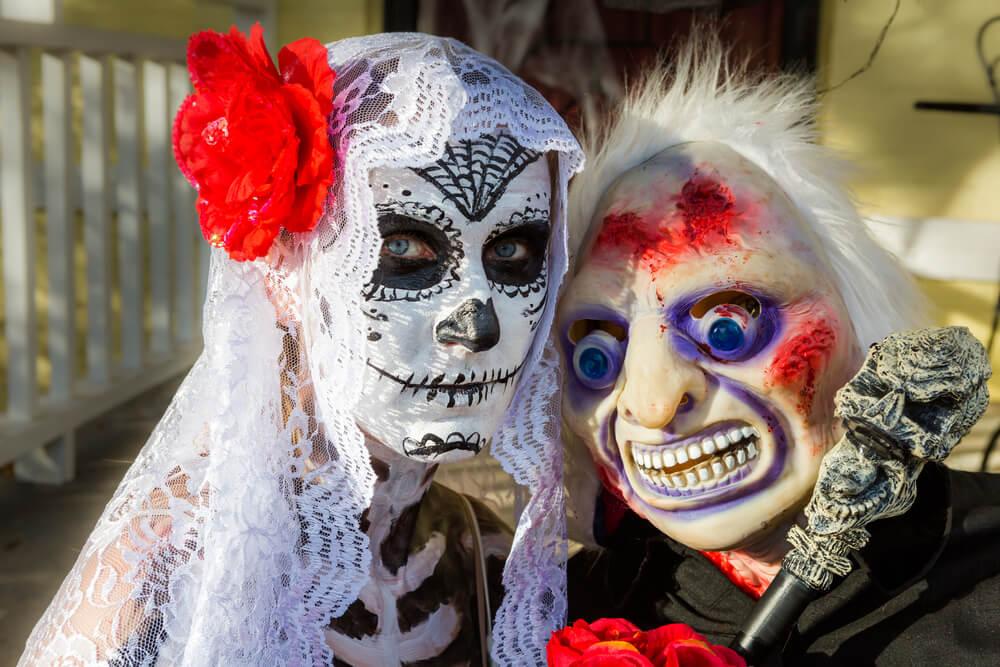 folk med halloween-kostumer