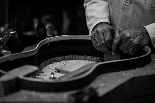 En af de bedste spanske kunstnere i gang med at bygge en guitar