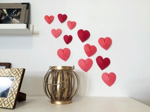 Hjerter pryder væggen i hjemmet