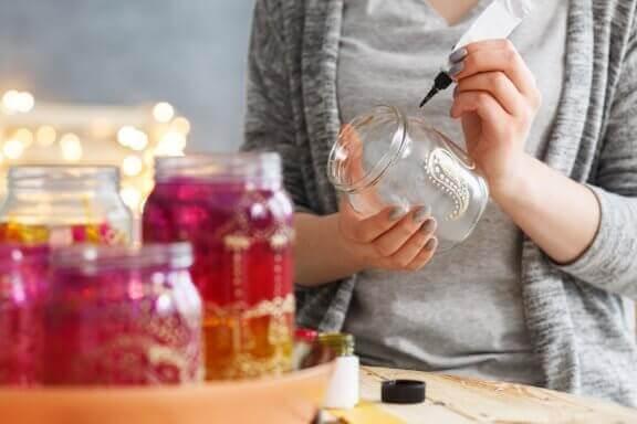kvinde der maler på glaskrukker
