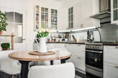 Lille og hyggeligt spiseområde i køkkenet