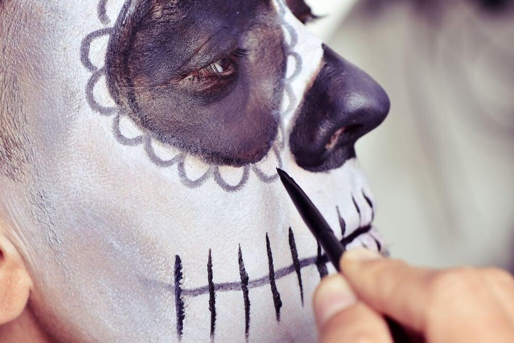 person der bliver malet i ansigtet