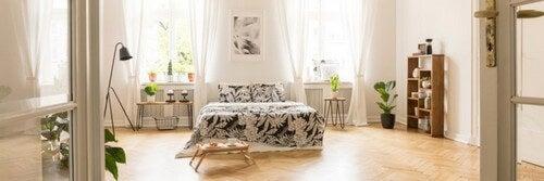 Blomstret sengetøj i soveværelset