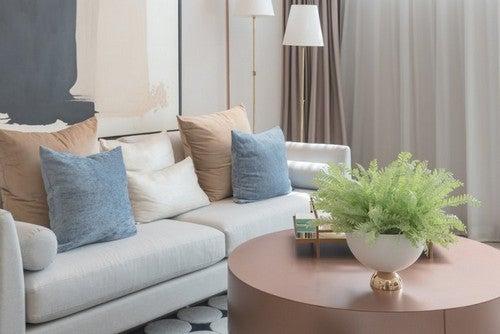 Sofa og pyntepuder i lyse farver