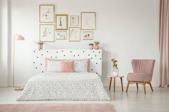 soveværelse med lyserøde elementer
