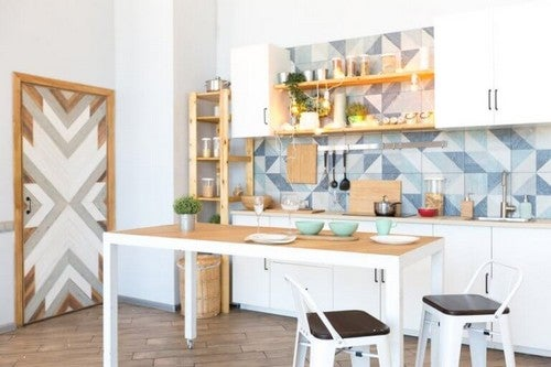 Hvidt spisebord i køkkenet