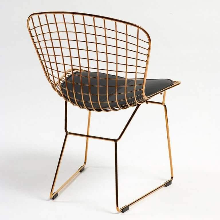 stol med kobberstruktur